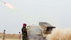 Binh sĩ Iraq bắn rocket nhằm vào IS ở vùng ngoại ô Makhmour phía nam Mosul, Iraq - Ảnh: REUTERS