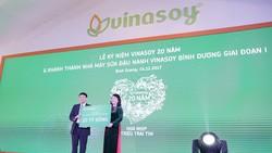 Đại diện Vinasoy ông Võ Thành Đảng trao tặng 20 tỷ cho Chương trình Sữa học đường