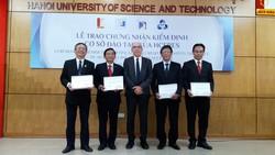 Đại diện hội đồng HCERES trao chứng nhận kiểm định cơ sở đào tạo cho 4 trường đại học đầu tiên ở Việt Nam