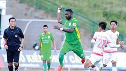 Cầu thủ người Cameroon, Nsi (áo xanh), chân sút chủ lực của CLB Cần Thơ    Ảnh: DŨNG PHƯƠNG