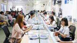 Người dân đến làm thủ tục tại Sở Kế hoạch và Đầu tư TP    Ảnh: H.TRIỀU