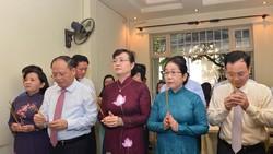 Các đồng chí lãnh đạo TPHCM dâng hương tại gia đình đồng chí Dương Quang Đông. Ảnh: Việt Dũng