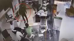 Đối tượng cầm súng vào cướp ngân hàng. Ảnh cắt từ clip camera ghi lại