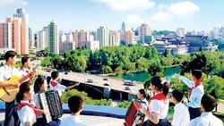 Học sinh biểu diễn văn nghệ trên tháp Juche ở Bình Nhưỡng