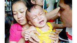Con 17 tháng tuổi ung thư máu, vợ chồng nghèo bế tắc