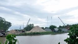 Khu đất đang tranh chấp nhưng vẫn được xây dựng, kinh doanh (Ảnh chụp ngày 16-7-2017)