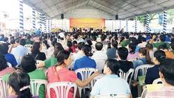 Đông đảo người dân, trong đó có các sinh viên tìm hiểu kiến thức pháp luật do Sở Tư pháp TPHCM tổ chức. Ảnh: NGỌC HÂN