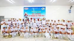 Công nhân Công ty CP Kinh doanh thủy hải sản Sài Gòn (Satra) tham gia giờ lao động vì Trường Sa