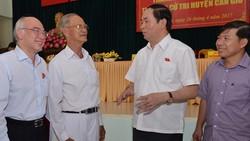 Chủ tịch nước Trần Đại Quang tiếp xúc với các cử tri
