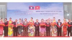"""Lãnh đạo TPHCM và lãnh đạo tỉnh Champasak cắt băng khai mạc """"Những ngày TPHCM tại Champasak 2017"""""""