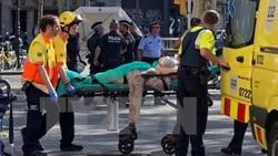 Chuyển người bị thương tại hiện trường vụ đâm xe ở Las Ramblas. (Nguồn: EPA/TTXVN)