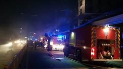 Lực lượng chức năng tại hiện trường tiến hành chữa cháy.