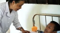 Nữ tu Xoài chăm sóc người bệnh tại Khoa Săn sóc đặc biệt
