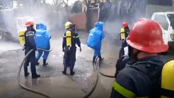 Lực lượng chức năng tại hiện trường xử lý vụ rò rỉ khí NH3  xảy ra vào ngày 10-10