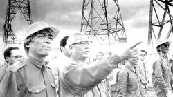 Nguyên Thủ tướng Võ Văn Kiệt tại công trình đường dây 500kV Bắc - Nam              Ảnh: T.L.