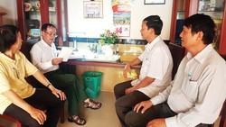 Chi ủy Chi bộ Khu phố 2, phường Sơn Kỳ trong một cuộc họp phân tích, đánh giá phiếu khảo sát của đảng viên