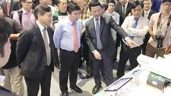 Đồng chí Nguyễn Thành Phong, Chủ tịch UBND TPHCM, tham dự Triển lãm Công nghệ và được Tổng Giám đốc Viettel - Thiếu tướng Nguyễn Mạnh Hùng giới thiệu Hệ thống Camera giám sát, thiết bị ứng dụng cho TPTM.         Ảnh: TẤN BA