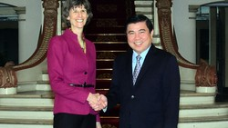 Chủ tịch UBND TPHCM Nguyễn Thành Phong tiếp bà Laura Tuck, Phó Chủ tịch WB.  Ảnh: TTXVN