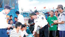 Bộ Tư lệnh Vùng 1 Cảnh sát biển tuyên truyền những điều cần biết khi đánh bắt hải sản trên biển