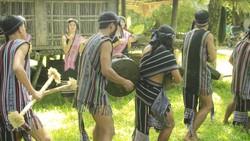 Đội múa cồng chiêng người Hrê. Ảnh: Nguyễn Trang
