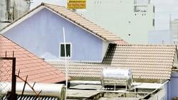 Mái nhà khác nhau tại một khu nhà biệt thự xây dựng theo cùng kiến trúc tại quận 8      . Ảnh: THÀNH TRÍ