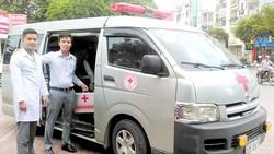Anh Nguyễn Ru Bi (phải) bên chiếc xe vận chuyển cấp cứu của mình