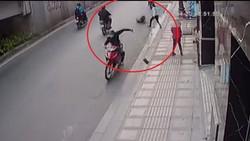 Nam thanh niên cướp giỏ xách của cô gái rồi điều khiển xe bỏ chạy. Ảnh cắt từ clip