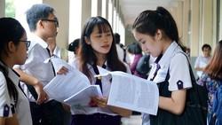 Thí sinh hội đồng thi trường Nguyễn Thị Minh Khai trao đổi trước giờ thi. Ảnh: Hoàng Hùng