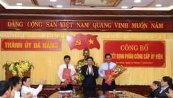 Phó Bí thư Thành uỷ Võ Công Trí trao quyết định và tặng hoa cho ông Lương Nguyễn Minh Triết và Đào Tấn Bằng