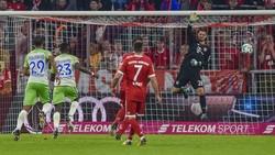 Sai lầm của thủ môn Sven Ulreich (bìa phải) đã khiến Bayern Munich phải trả giá bằng một kết quả hòa trước Wolfsburg. Ảnh: Getty Images