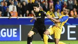 Dortmund (trái) có thể mất ngôi đầu bảng trong trường hợp họ không giành được chiến thắng tại Frankfurt. Ảnh: Getty Images
