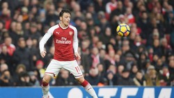 Oezil đang đòi lương quá cao với Barca. Ảnh: Getty Images.