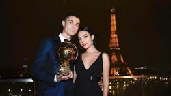 Cristiano Ronaldo mừng Quả bóng vàng 2017 bên cạnh bạn gái Georgina Rodriguez. Ảnh: Getty Images