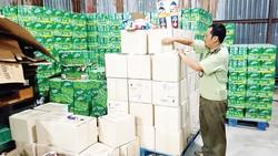 Cán bộ Chi cục Quản lý thị trường TPHCM kiểm tra kho mỹ phẩm trôi nổi, không rõ xuất xứ