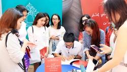 Nhà thơ Nguyễn Phong Việt ký tặng sách cho độc giả