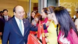 Cán bộ, nhân viên Đại sứ quán Việt Nam tại Singapore tiễn Thủ tướng Nguyễn Xuân Phúc. Ảnh: TTXVN