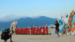 Nghệ thuật sắp đặt ngoài bãi biển thu hút nhiều bạn trẻ đến tham quan chụp ảnh
