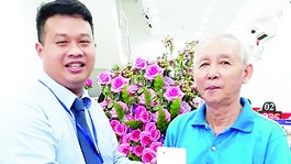 Khách hàng Trương Ngọc Định đã may mắn trúng iPhone 7đầu tiên của chương trình