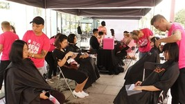 在線登記捐贈頭髮共有500名及上百人排長龍等待。僅在上午幾個小時的時間,6名理髮師不停地工作已捐贈了230部頭髮。