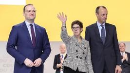 基民盟新主席卡倫鮑爾(中)與敗選的弗雷德里希‧默茨(右)、延斯‧施潘合影。(圖源:新華社)
