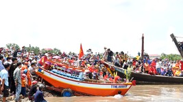 Hàng ngàn người dân tham dự nghi thức Tống tàu ra khơi lúc 12 giờ trưa ngày 25-6 nhằm ngày 12-5 âm lịch