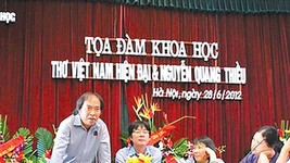 Poet Nguyen Quang Thieu (L) speaks at a seminar. (Photo: Sggp)