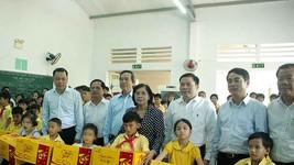 Tặng quà trẻ em khuyết tật tại Trung tâm Võ Hồng Sơn
