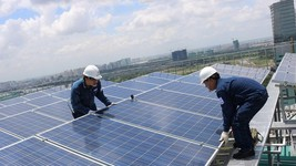 Lắp ráp hệ thống điện mặt trời tại trụ sở EVN HCMC