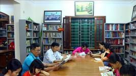 """越南圖書協會主任阮友界強調:""""為了發展閱讀運動,須提高群眾對書的角色的意識及閱讀習慣,此事須同步且連續地開展。""""(圖源:越通社)"""