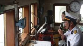 Đại tá Huỳnh Vĩnh Tuyến thay mặt Đảng ủy, Bộ Tư lệnh Vùng 2  Hải quân đọc lời chúc tết qua loa gửi đến các chiến sĩ trên nhà giàn