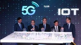 Lãnh đạo TPHCM cùng lãnh đạo Bộ Thông tin và Truyền thông, Tập đoàn Viettel  nhấn nút khai trương mạng viễn thông 5G. Ảnh: MAI HOA