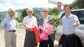 Deputy Chairman of Binh Dinh province People's Committee Tran Chau and Professor Tran Thanh Van welcome Professor Gerard't Hooft at the airport (Photo: SGGP)