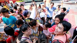 Hanoians give out free hugs to share love in Int'l Free Hugs Day. (Photo: VNA)