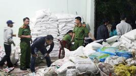 Một cơ sở sản xuất phân bón giả ở Bảo Lộc, Lâm Đồng bị cơ quan chức năng bắt giữ tháng 9-2016.